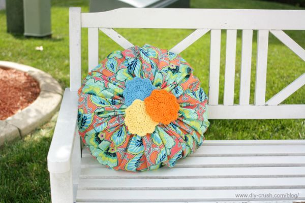Capa de almofada redonda é diferente, mas linda (Foto: diy-crush.com)