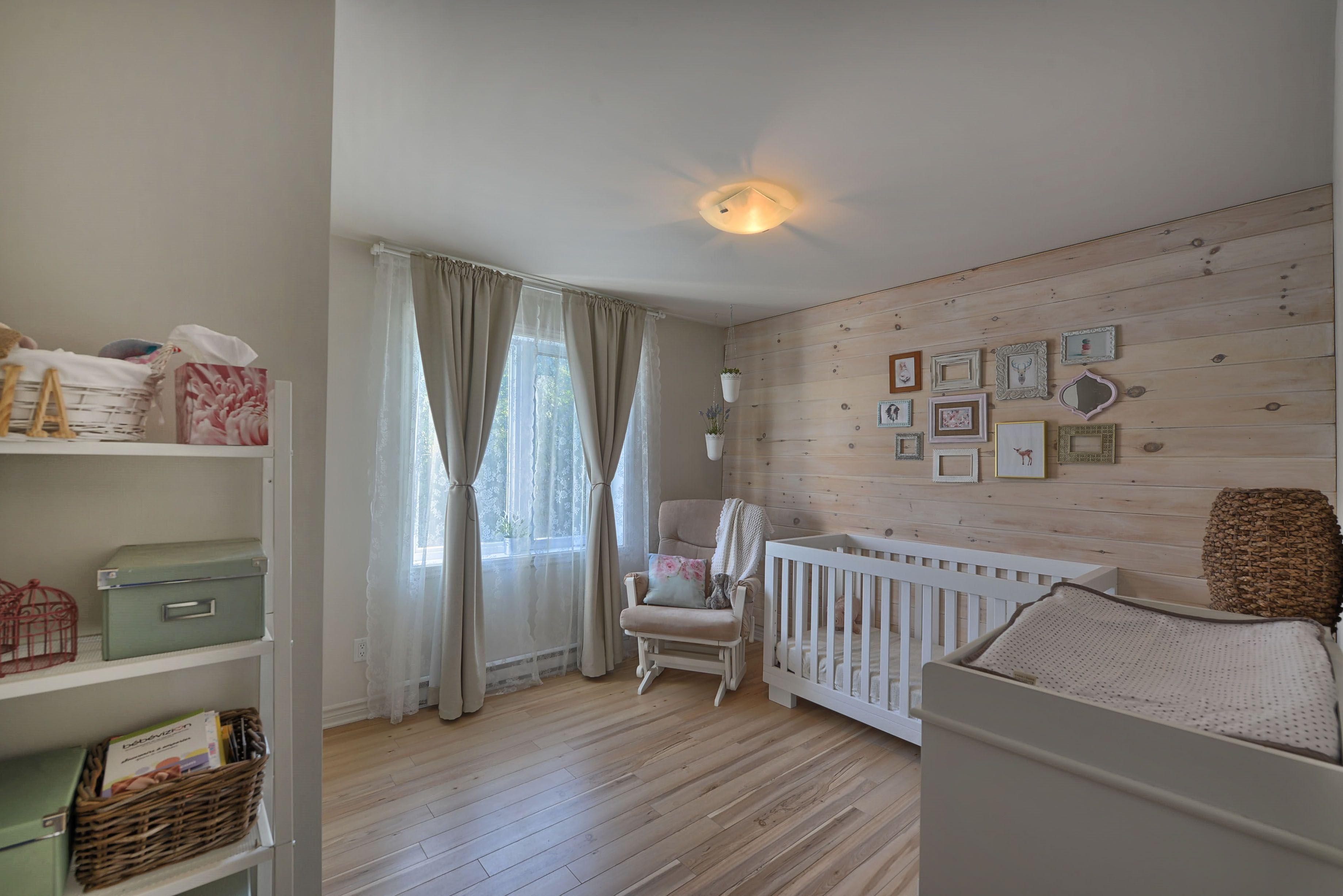 Chambre De Bebe Fille Mur De Pin Noueux Teint Blanc Avec Images
