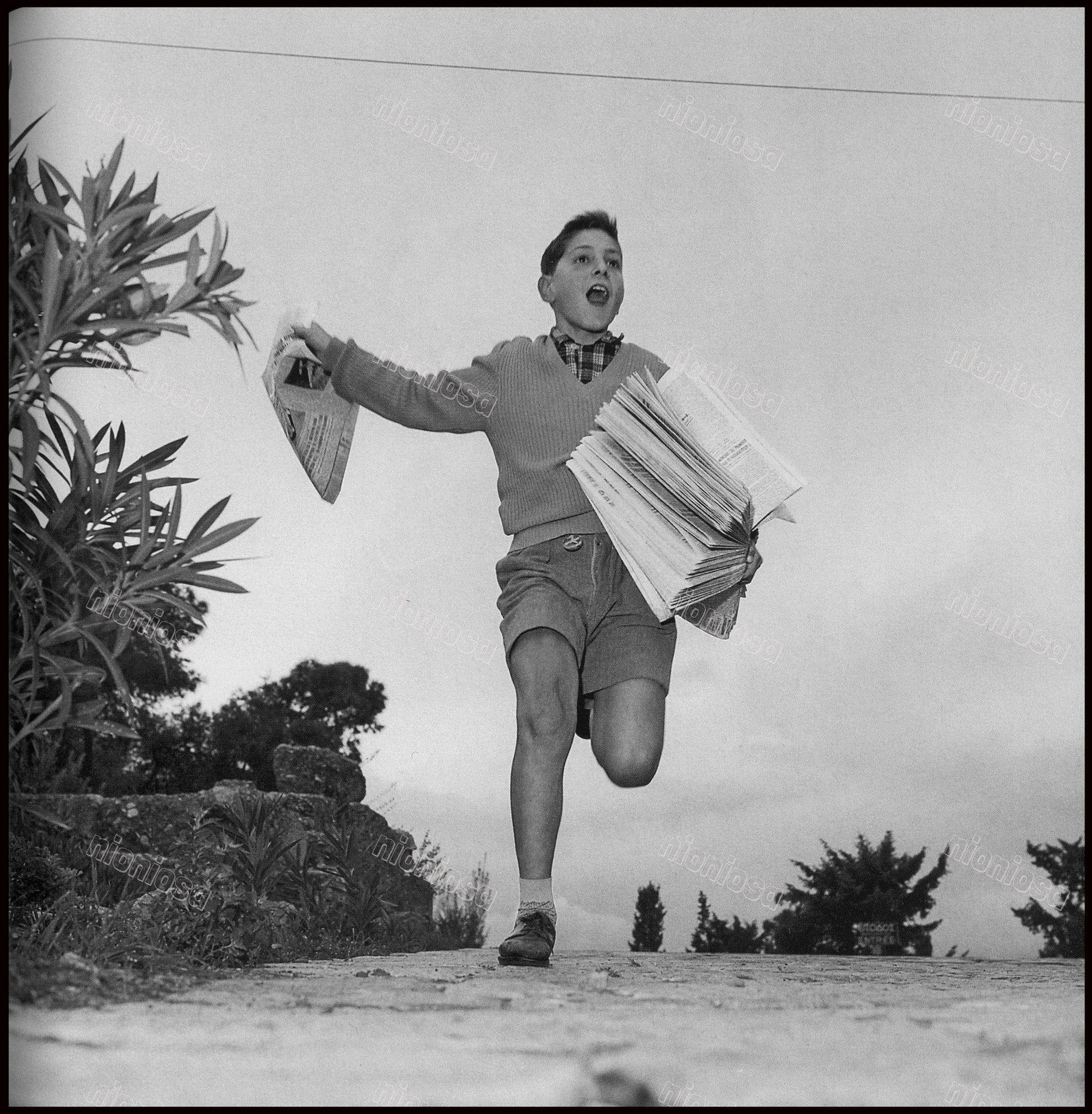 Μικρός εφημεριδοπώλης, Αθήνα, 1961. Φωτογραφία: Δημήτρης Χαρισιάδης/Αρχείο Μουσείου Μπενάκη. | Photo, Athens greece, Greek town