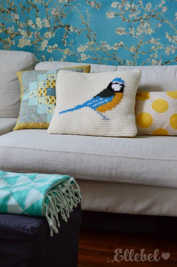 Mijn favoriete vogeltje is toch wel de pimpelmees. Dus toen ik DIT patroon van Little Doolally tegenkwam van dit kussen, moest ik hem ...