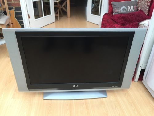 LG 32 Inch Flat Screen LCD Television TV RZ 32LZ55 with Stand good