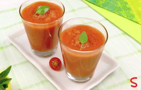 Especialidad de la cozina española, lo gazpacho es una sopa fría de tomates, generalmente sirve como entrada. Essa receta viene con sorbet de tomate dulce e albahaca, que le da el contraste de texturas.