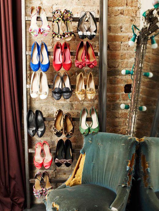 Éléonores sko hænger fremme på en stige. Den gamle stol er fra hendes bedstemors loft.