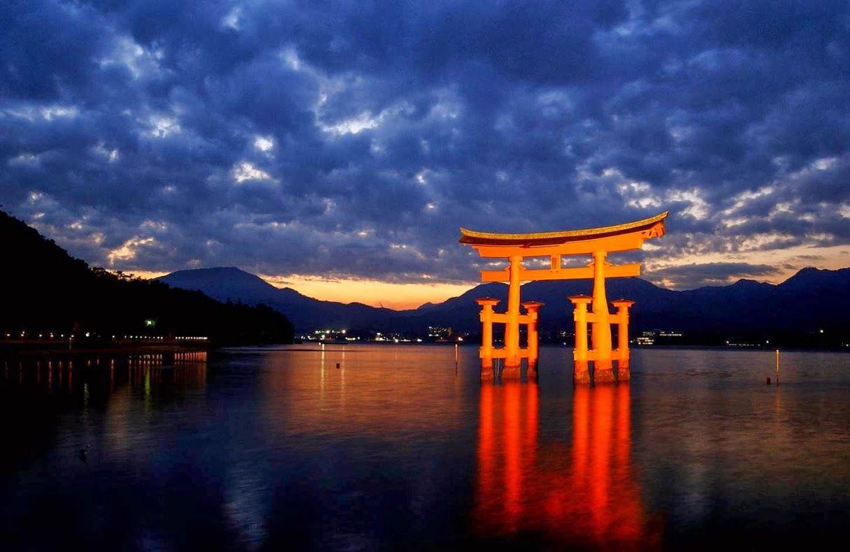 Il Torii Del Santuario Di Itsukushima Sull Isola Di Miyajima Giappone Japan Japan Travel Camping Spots