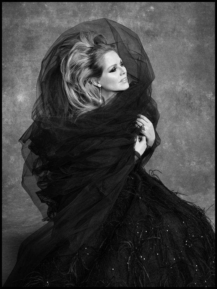Renée Fleming. Joyas de Ann Ziff para Tamsen Z, vestuario de Oscar de la Renta. Foto Ruven Afanador. Julio 2015