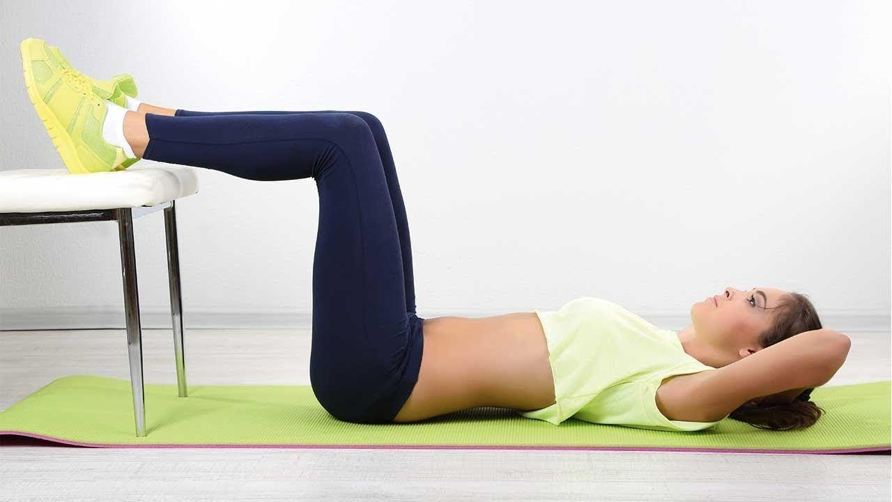 5 effektive Übungen mit Stuhl, um dem Bauchfett den Kampf ...