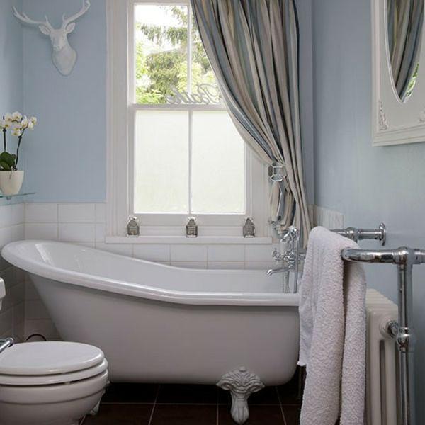 modernes-kleines-badezimmer-mit-einer-freistehenden-badewanne- deko