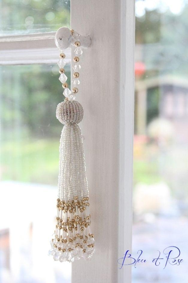 Super schöne Perlen Quaste aus weißen/gold/perlmutt farbenen Perlen. Passt farblich  an jeden Schrank, Tür etc.  Wenn Sie  gleich mehrere Artikel erwerben, fallen nur einmal Versandkosten an!  Ich...