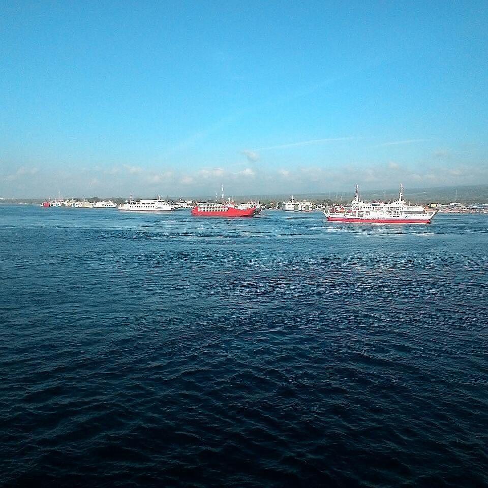Selamat Mudik Kawan Kawan From Zo3nomad Ramai Sekali Kapal Ferry Di Pelabuhan Ketapang Tapi Lebih Ngantre Nyandarnya Kapal Laut Daripad River Outdoor Water