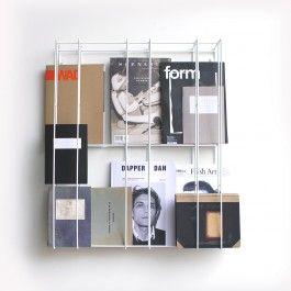 COVER bildet den Rahmen in dem sich die besten Seiten ihrer Bücher am wohlsten fühlen. Dieses Bücherregal entsteht durch Ihre Füllung und passt daher immer zu Ihnen. COVER ist gut zu Büchern, Schallplatten, Katalogen, DVDs, den Bildern ihrer Liebsten und ....Fakten: Maße B 57 x T 14 x H 72 cm, Stahldraht pulverbeschichtet, lindgrün, anthrazitgrau oder weiß, Made in Germany, Design Alex Valder