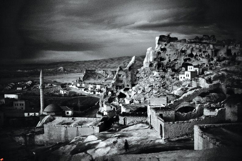 """Keiner von euch wird jemals eine richtige Vorstellung vom alten Istanbul haben können. Die einzige Möglichkeit, darüber etwas zu erfahren, sind meine Fotobücher.""""  (Ara Güler)"""