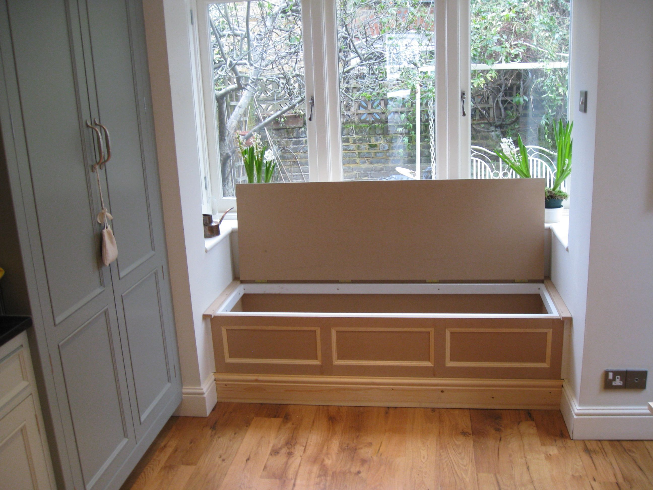 Box bay window seat with on interior