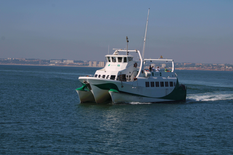 catamarán entrando en el puerto de Cádiz