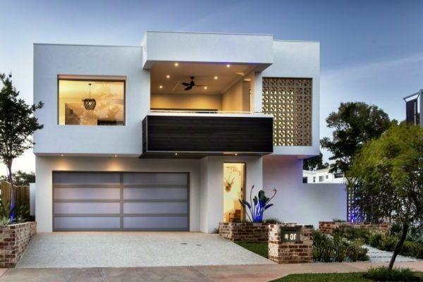 Schöne Terrasse Und Großer Garage Im Weißen Luxus Haus   Weiß Als Die Beste  Fassadenfarbe Für