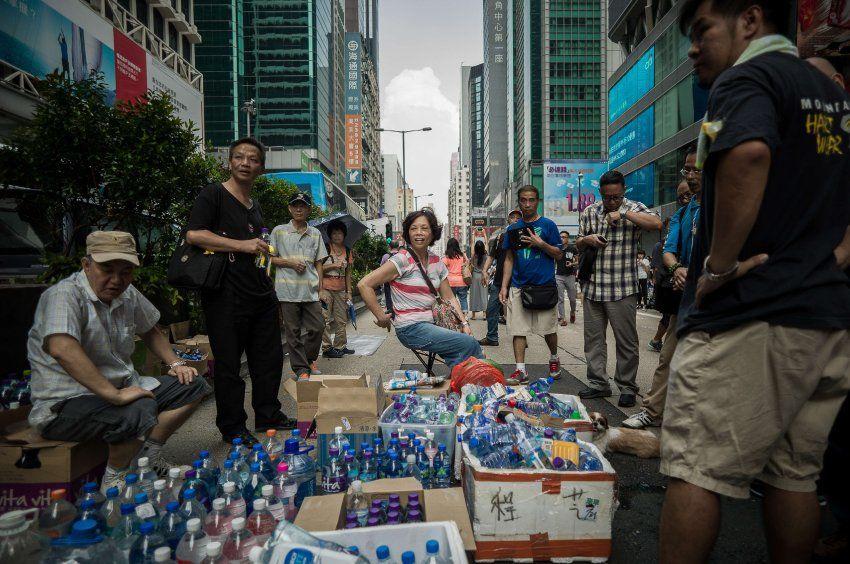 Gratis-Getränke: Die Protestbewegung wird von diesen Unterstützern kostenlos mit Wasser versorgt.