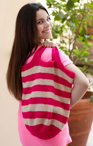 Striped Handle Tote Hice esta cartera, aunque el hilo que use no fue el correcto. Recomiendo lana 4.5 - 5 mm agujas de el mismo tamano.