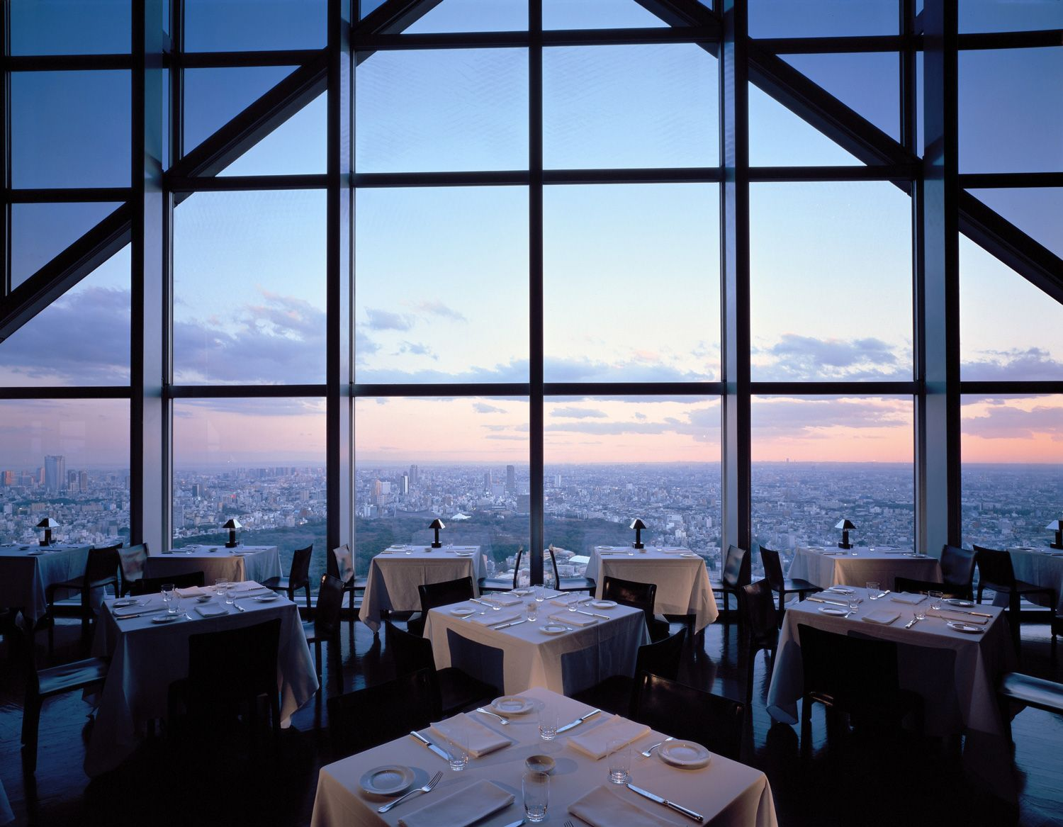 10 Of The Most Glamorous Places To Celebrate New Year S Eve Galerie In 2020 Tokyo Hotels Park Hyatt New York Bar