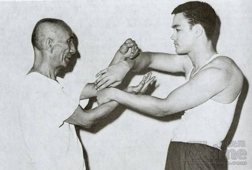 Ip Man doing chi sau (sticky hands) with Bruce Lee.