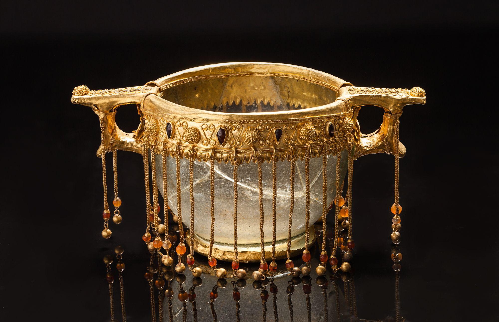 Канфар. Золото, стекло, сердолик, гранаты.  II – первая половина I вв. до н. э. Россия, Кубанская обл., Северский курган.