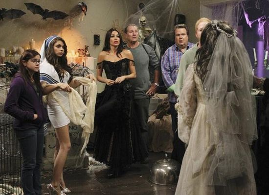 31 Days Of Halloween Tv Specials Modern Family S Halloween Halloween Episodes Modern Family Episodes Modern Family