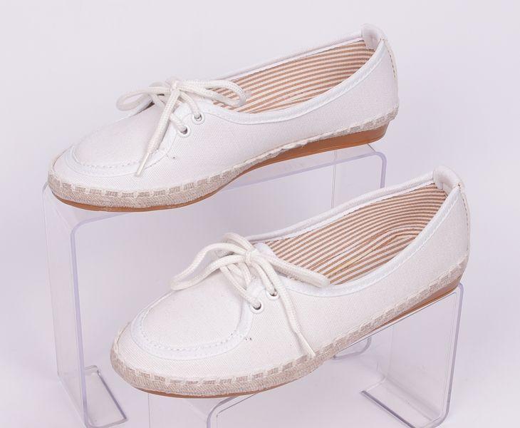 e6e8d96fe38 Бели равни обувки от плат с връзки Дамски обувки от плат с връзки отпред в  бяло. Равна, удобна подметка и ленен кант
