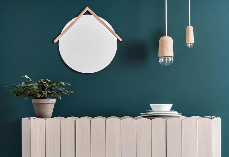 Cadeaux de Noel : 15 objets de déco éco-friendly. Pour faire plaisir à nos deco-lovers ! Focus : miroir mural Muriel Hârto, mur bleu, lampes, plante, assiettes. #miroir #glass #mirror #MurielHârto #minimaliste #gifts #deco #decolovers #cadeaux #christmas #christmasishere #Xmas #liste #ecofriendly #ecology