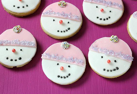 Da freuen inch die Kinder im Advent: Snowman-Cookies, Schneemann-kekse, backen, cookies, Kekse, winter, Gesichter, Fondant, Funfood, süß, lecker, einfach, rund, rosé, Kindertraum, children, Weihnachten, xmas-cookies, xmas, christmas #fondant