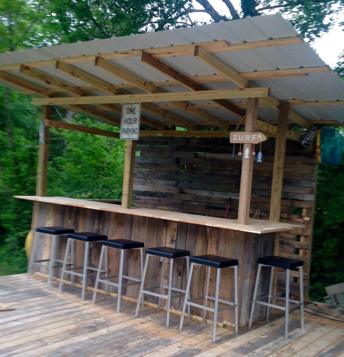 Unsere Kleine Tiki Bar Aus Paletten Holz Und Geborgen Metalldacher Und Akazie Arbeitsplatten Immer Noch In 2020 Diy Outdoor Bar Backyard Bar Outdoor Kitchen Design
