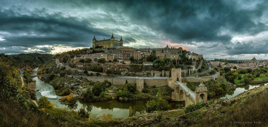 """Toledo (España), es conocida como """"La Ciudad de las Tres Culturas"""", un nombre que hace referencia a la secta cristiana, islámica y hebrea ."""