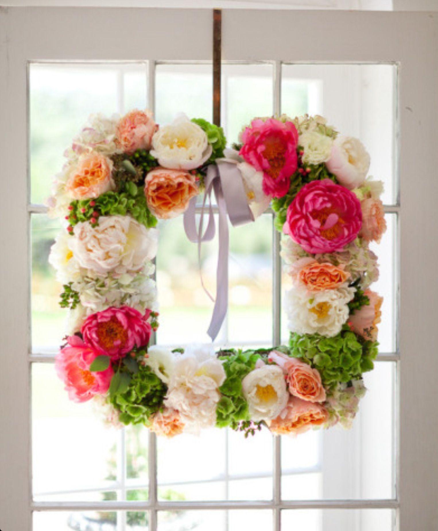 Em Maio, no mês de Maria, há a tradição de por um arranjo de flores na porta.