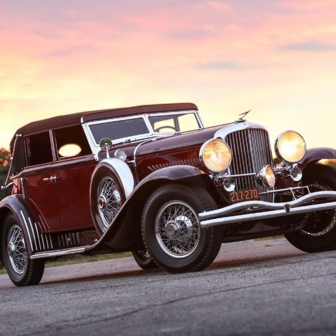 Always wanted to own a classy Duesenberg yourself? This is your chance! On Thursday the 23rd of August 2018 at 5 pm Worldwide Auctioneers will start auctioning a fine collection of automobiles at The Pacific Grove Auction. Among which three different Duesenberg cars. About theseDuesenbergs we would like to tell you a little bit more.  1931 Duesenberg Model J SWB Sport Convertible Sedan The first one under the hammer, well not literally, of course, will be lot number 53. A 1931 Duesenberg Mo