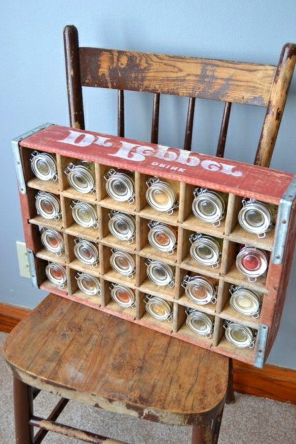 stuhl mit einem alten kasten drauf - gewürze aufbewahren und