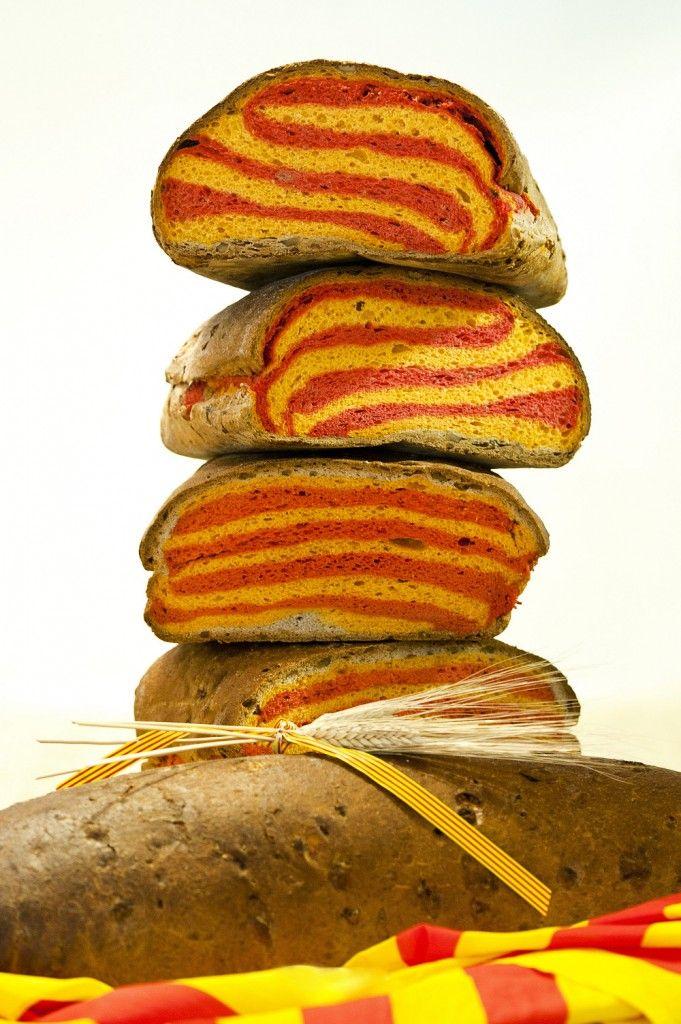 El Pan de la Diada está elaborado con ingredientes 100% naturales: harina, masa madre, sobrasada, queso emmental y nueces. La bandera catalana la conforman la sobrasada y el queso mientras que la corteza tiene tropezones de nueces
