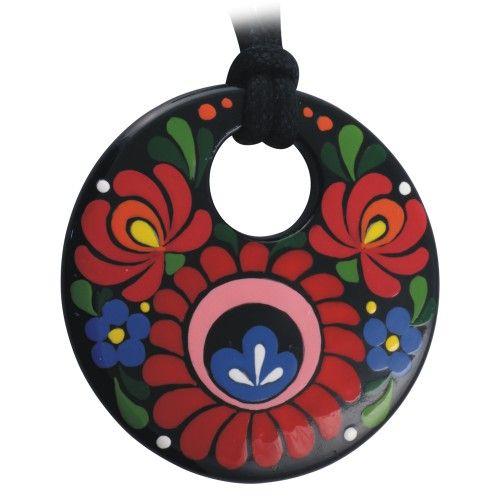 a300c1ff71 A hagyományos matyó minta különleges motívumaira épülő medált Papp Erzsébet  ékszertervező álmodta meg, alapja minőségi francia porcelán, a medált  kézzel ...