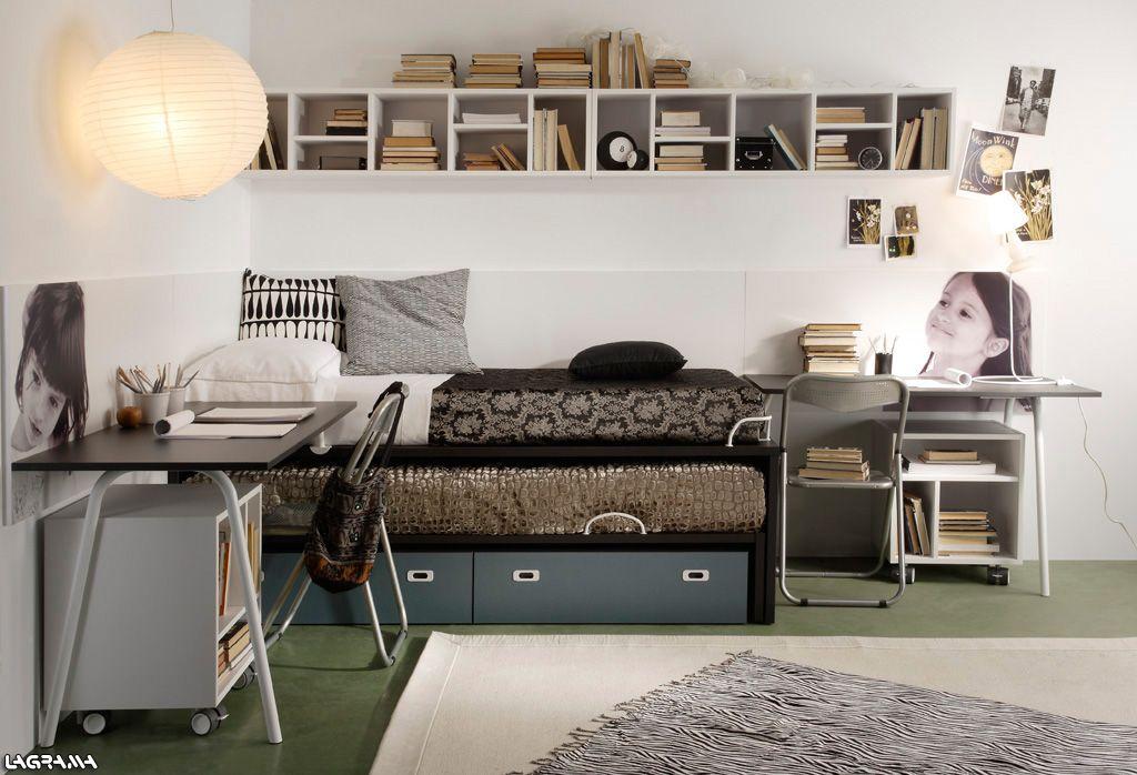 dormitorio juvenil con dos camas dos escritorios y panelado con