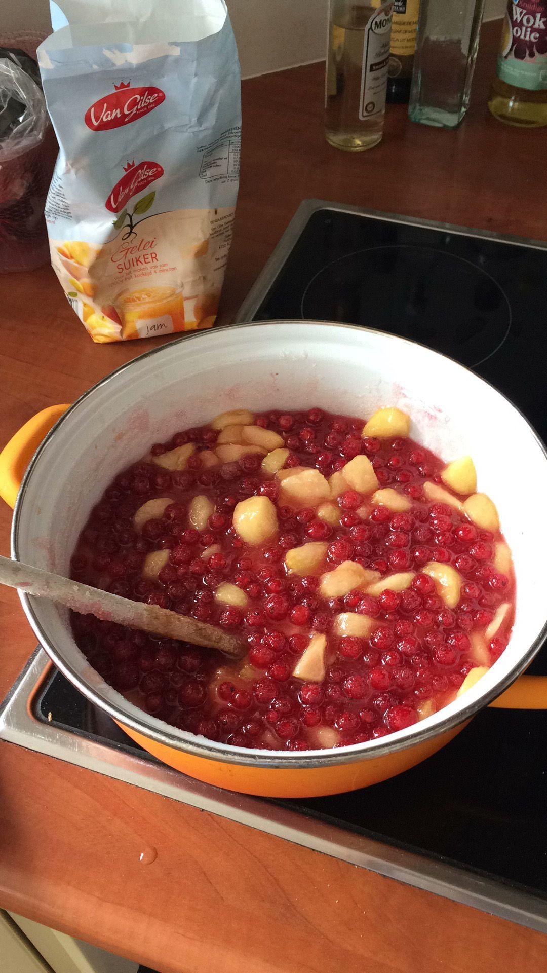 Jam Perzik Rode bessen: 500 gram perziken, 500 gram rode bessen, sap 1 limoen, 800 gram geleisuiker.