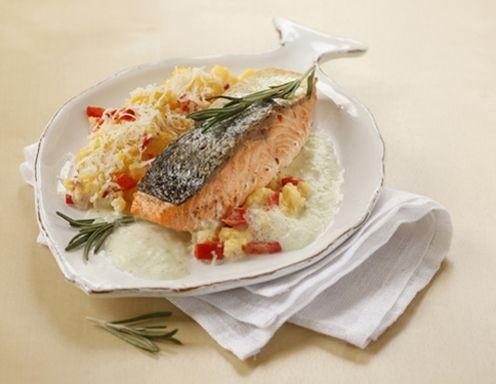 Gebratenes Lachsfilet mit Kräuterschaum und Paprika-Polenta - Rezept - ichkoche.at