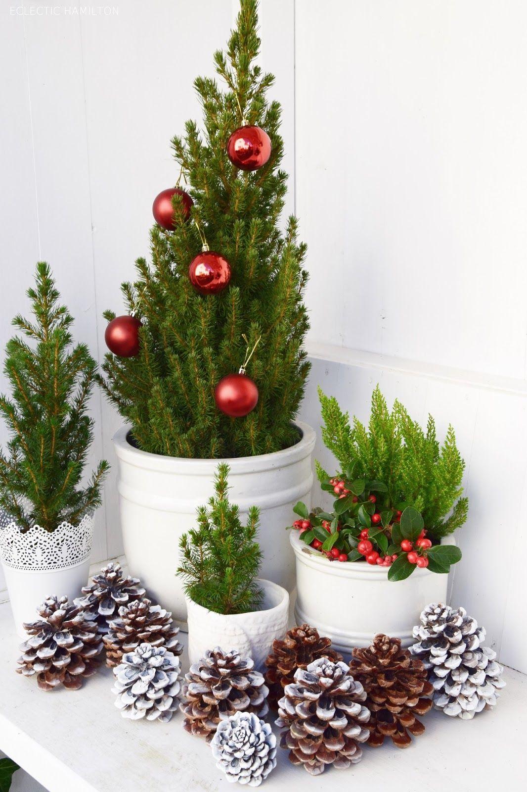 weihnachtsdeko basteln f r draussen mit kugeln und zapfen. Black Bedroom Furniture Sets. Home Design Ideas