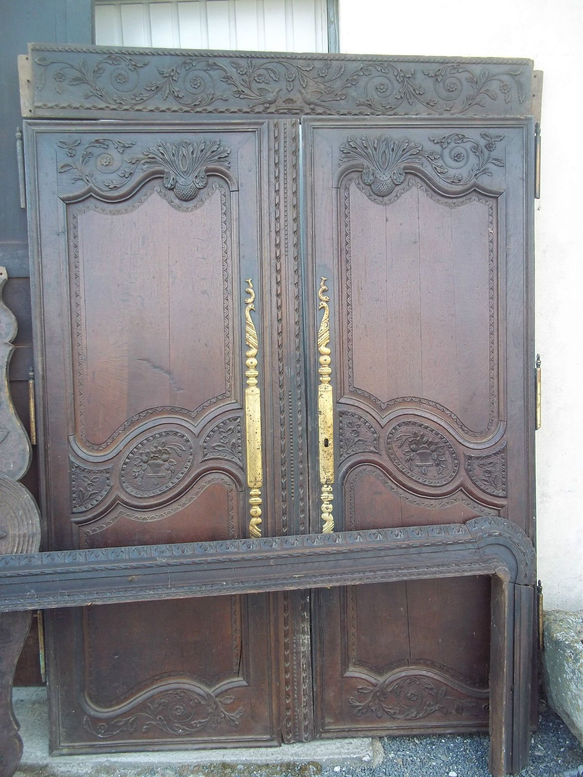 belle armoire normande de mariage a colonnes sculpt e. Black Bedroom Furniture Sets. Home Design Ideas