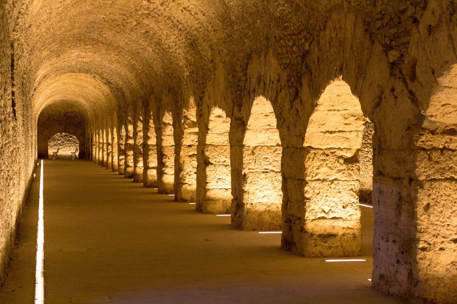 On trouve de nombreux vestiges romains à Aoste, dont un amphithéâtre, les fortifications qui enserraient la ville, les thermes et un forum.