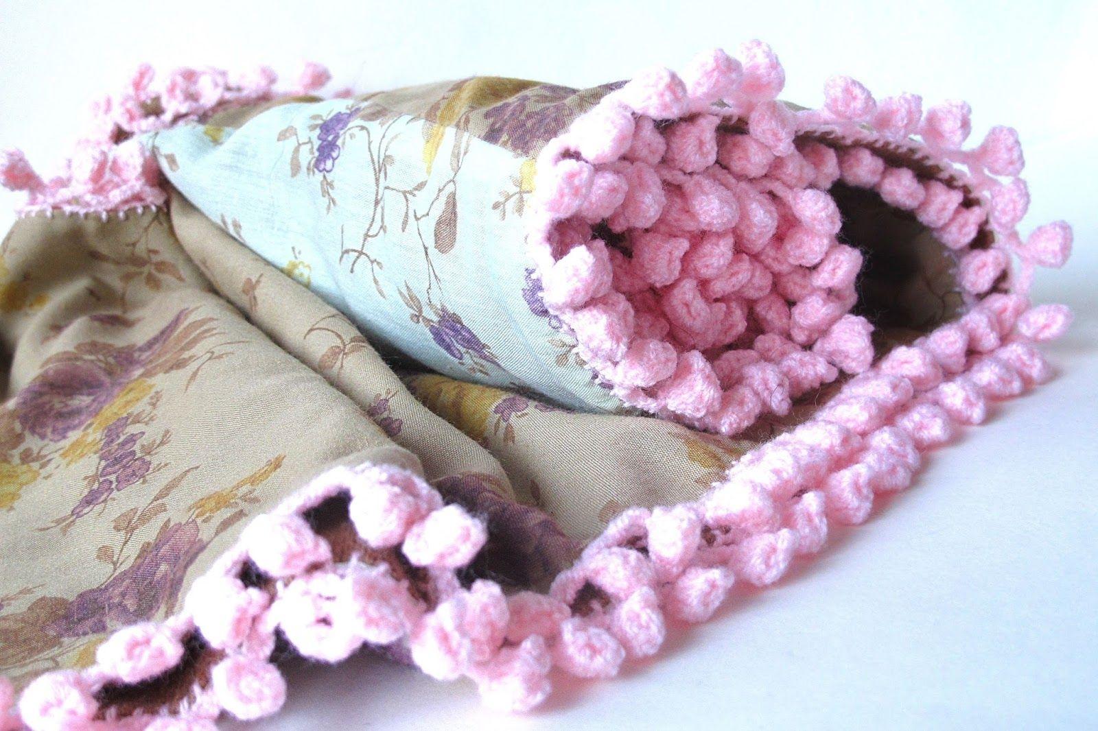 Moois van ' M(i)e': oneindige sjaal met pomponnetjes : tut : het gestikte deel