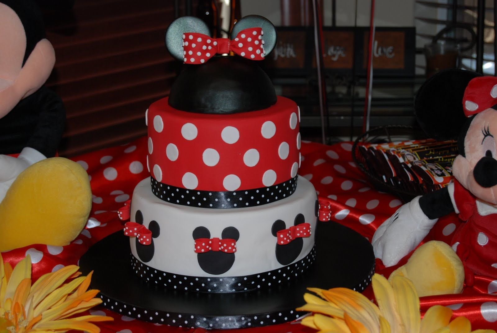 Astonishing Red And White Minnie Mouse Cake Decorating ...