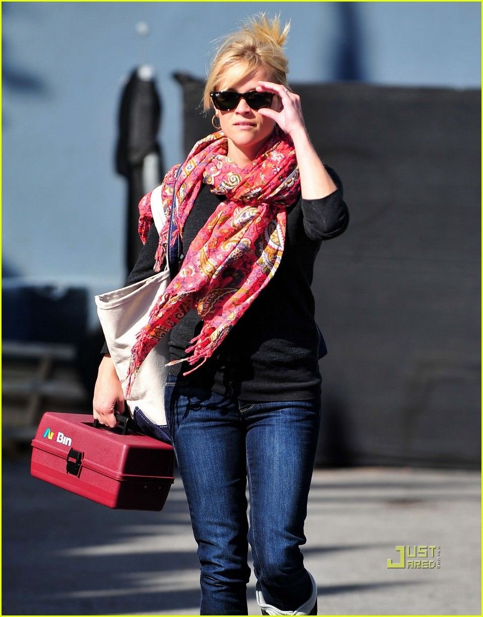 Reese Witherspoons Cute Casual Mom Style pics