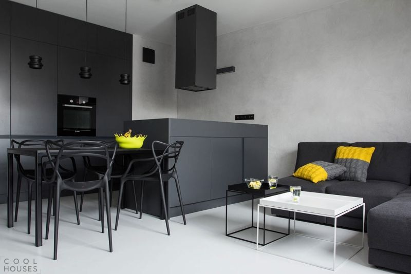 matt schwarze Wohnküche, Essmöbel und Sofa - gelbe Akzente Küche