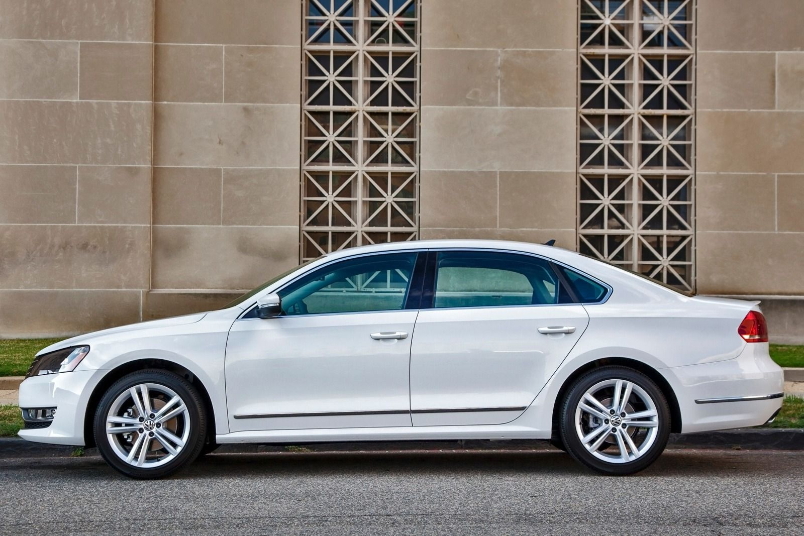 side review article autoweek term se reviews volkswagen long sedan car tdi passat