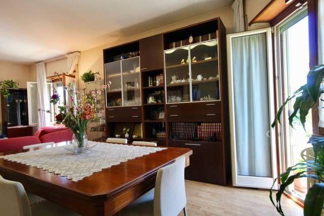 Salone doppio panoramico a testaccio con tavolo da biliardo in