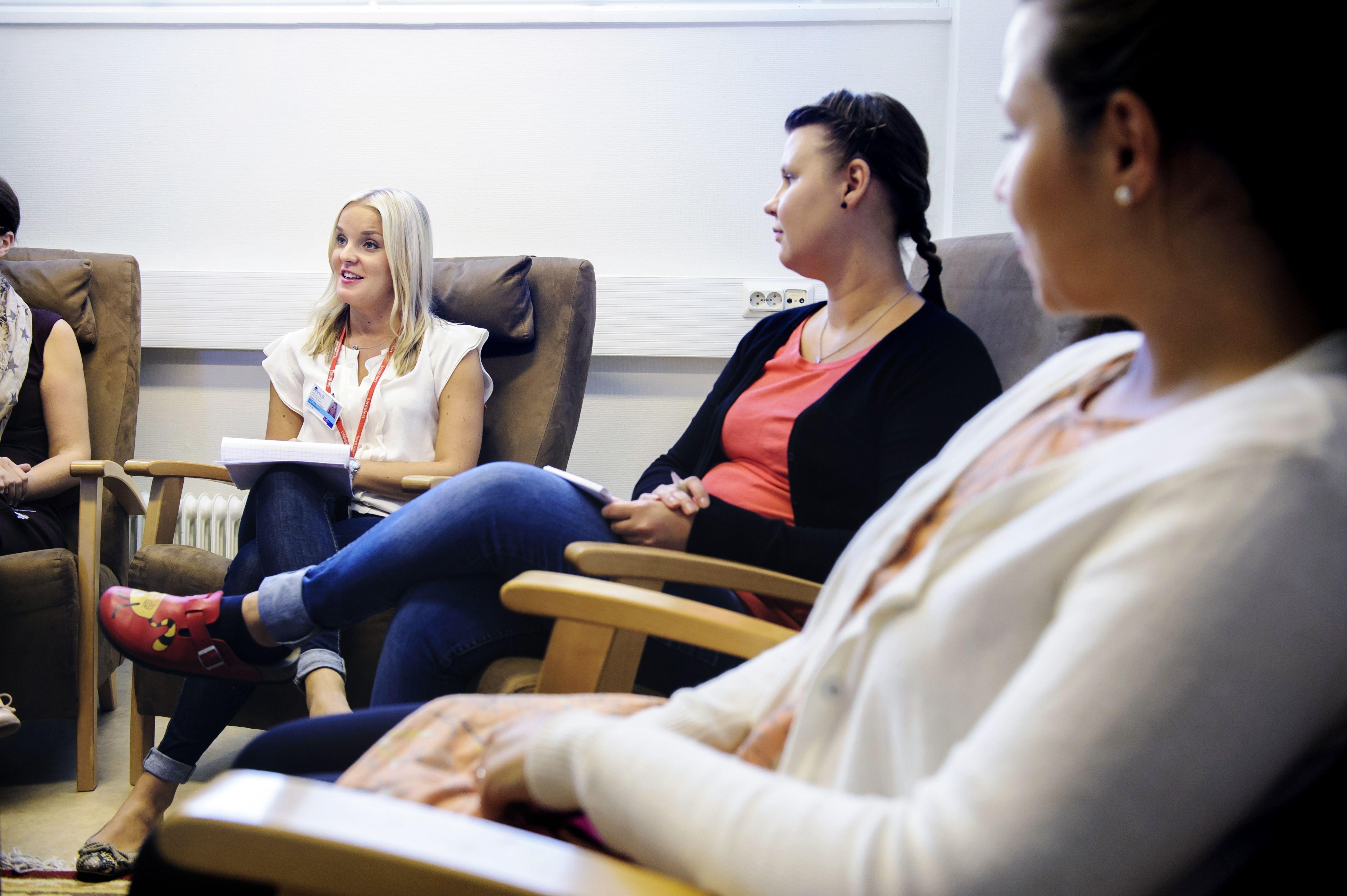 Hoitoon osallistuvat ammattilaiset ovat mukana nuoren osastolle tultaessa pidettävässä tapaamisessa. Osastolle tullaan pääosin nuorisopsykiatrian poliklinikan lähetteellä.