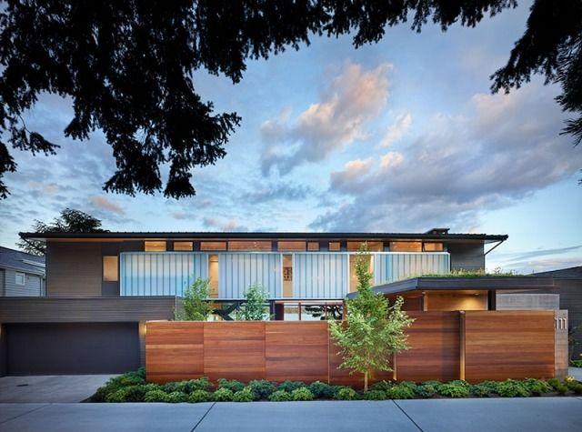 Moderne häuser mit holz  modernes haus fassade holz mauer garage niedrige pflanzen | Garten ...