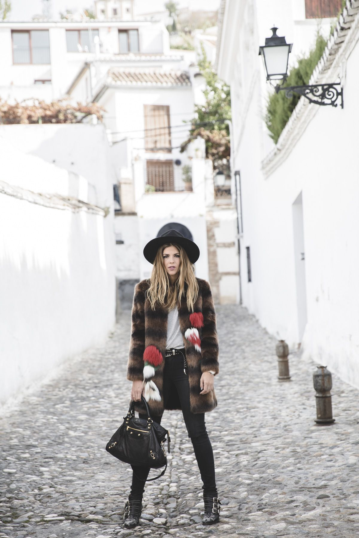 Trendy Taste – Albaicín. Grey tee+black denim+black ankle boots with metallic details+brown fur coat with colour details+black handbag+black and silver belt+black hat. Fall Outfit 2016