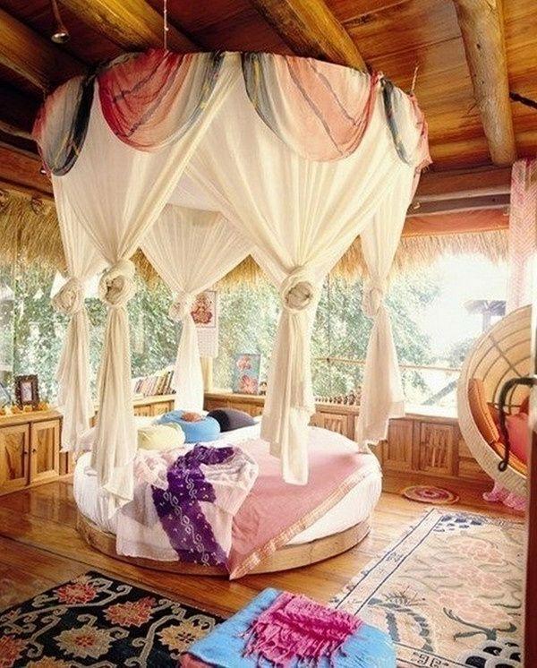 Bett Mit Vielen Gardinen Im Weiß  Gemütliche Atmosphäre Im Schlafzimmer